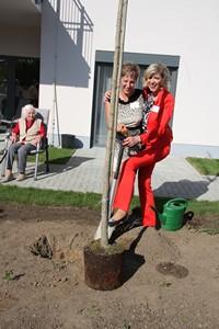 Feierliche Baumpflanzung zur Eröffnung von Haus alma