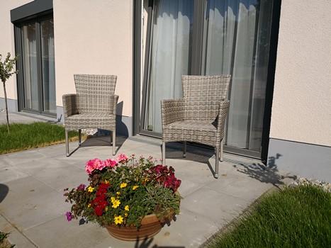 Terrasse im Erdgeschoss eines Bewohnerzimmers im Haus alma