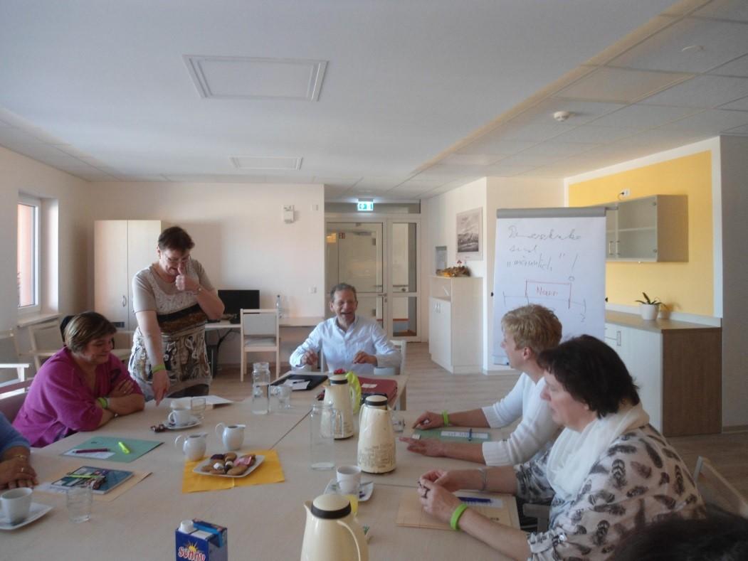 Gewusst wie: Mitarbeiter von Haus alma und Gastdozent Lars Möhring diskutieren über den Umgang mit Demenz-kranken Bewohnern