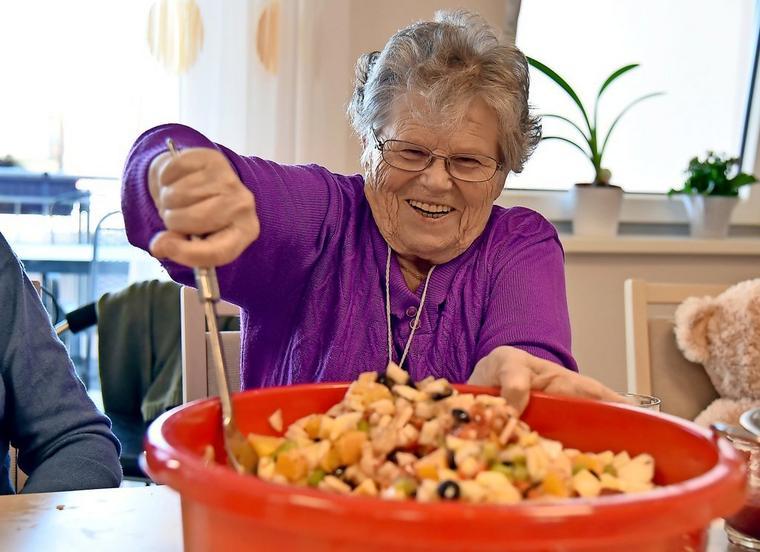 Bewohnerin rührt Obstsalat um im Haus alma