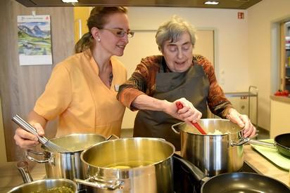 Pflegerin kocht gemeinsam mit Bewohnerin Mittagessen im Haus alma, dem Seniorenzentrum in Hohburg