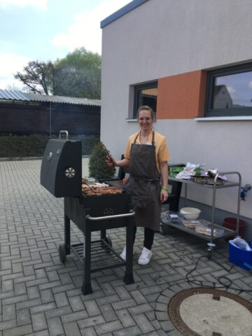 Frau vorm Grill im Haus alma