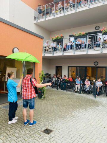 Im Regen genossen die Bewohner*innen das Konzert von den trockenen Balkonen aus.